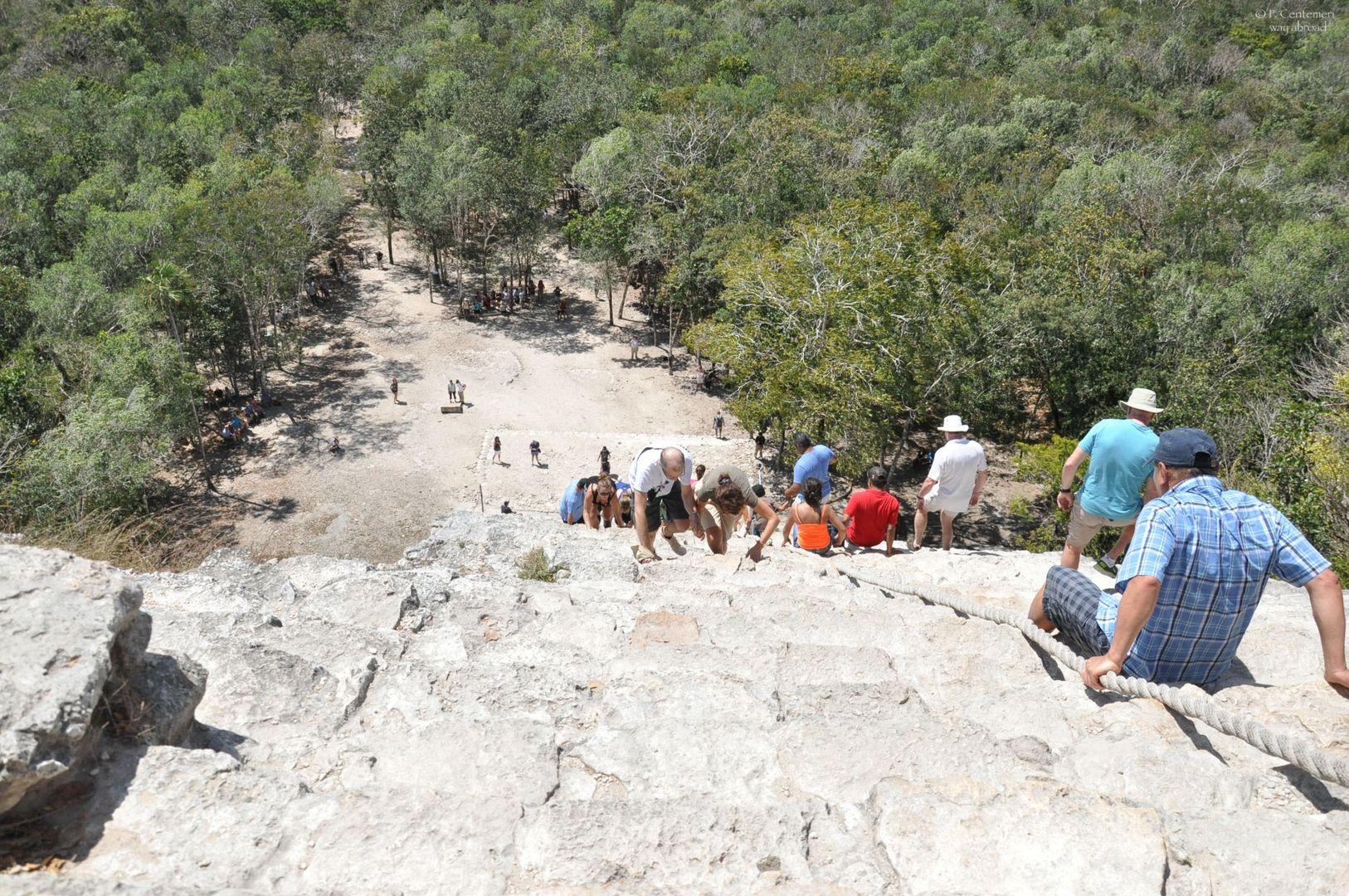Scalata di una piramide maya