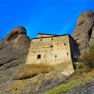 Il Castello della Pietra, una fortezza tra le rocce dell'Antola