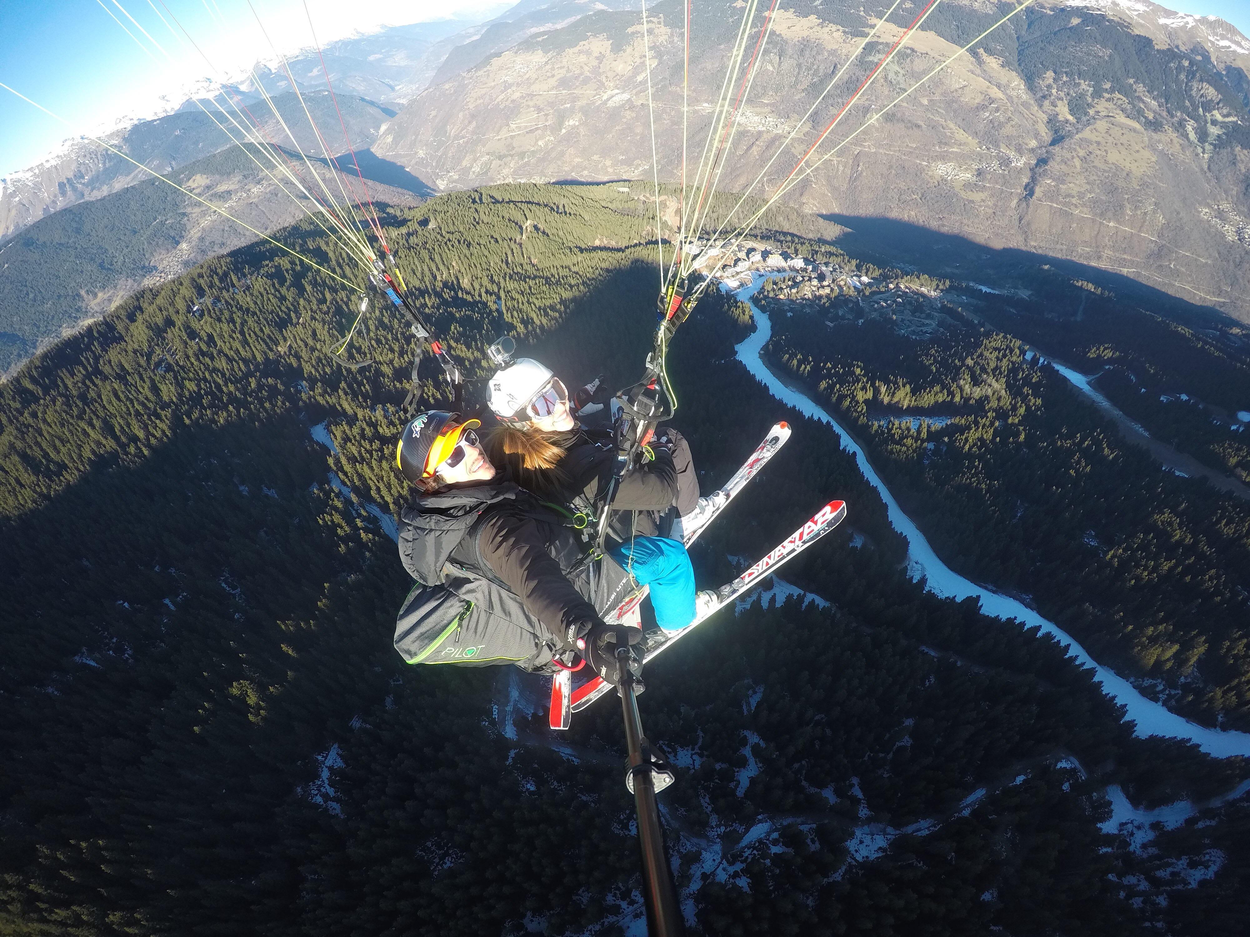 In volo con il parapendio e con gli sci!