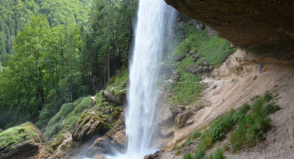 Passare dietro una cascata in Slovenia!