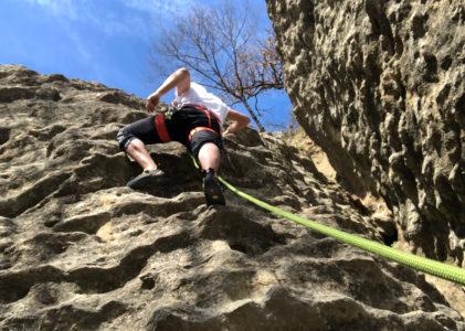 Arrampicare a Guardamonte tra onde di pietra